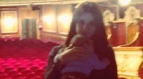 Elena Furiase lleva a su hijo Noah por primera vez al teatro