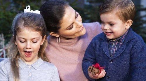 Estela y Oscar de Suecia protagonizan su felicitación navideña más tierna entre juegos y cantos
