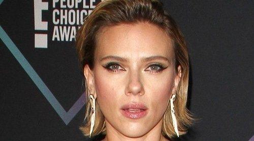 Scarlett Johansson huye de los paparazzis y se choca contra una puerta en el aeropuerto de Argentina