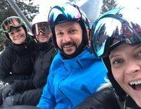 La jornada de esquí de Victoria y Daniel de Suecia y Haakon y Mette-Marit de Noruega