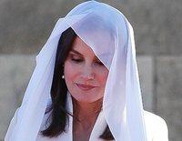 La Reina Letizia, solemne en el Mausoleo Real y cariñosa en una escuela de Marruecos con el traje de su pedida de mano