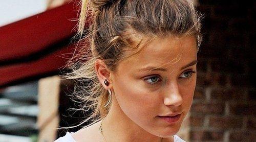 Amber Heard firma una foto de Amaia Salamanca de un fan que las confundió: