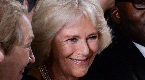 Camilla Parker se lo pasa en grande relevando a la Reina Isabel en la Semana de la Moda de Londres