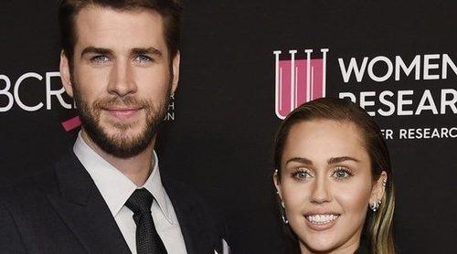Miley Cyrus y Liam Hemsworth ponen su granito de arena en una gala contra el cáncer de mama