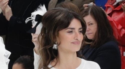 Penélope Cruz se sube a la pasarela de Chanel en París para hacer su particular homenaje a Karl Lagerfeld