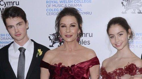 Catherine Zeta-Jones, arropada por sus hijos y sus padres en la Gala del Día Nacional de Gales
