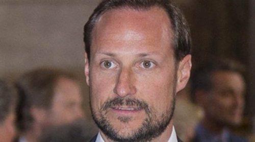 Haakon de Noruega entra en quirófano para ser operado del oído