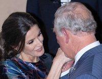 El encuentro entre la Reina Letizia y el Príncipe Carlos: un retraso, mucha complicidad, manos rojas y una antepasada 'común'