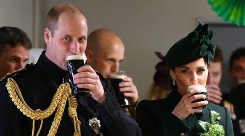 El Príncipe Guillermo y Kate Middleton celebran San Patricio de verde y con una Guinness