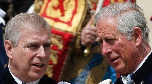 El dardo del Príncipe Carlos al Príncipe Andrés: quiere apartarle para no dañar el legado de la Reina Isabel