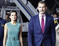La llegada del Rey Felipe VI y la Reina Letizia a Argentina se retrasó una hora por culpa de una escalera