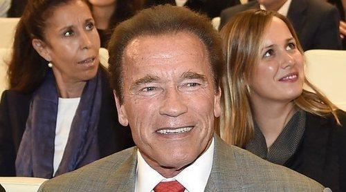 Arnold Schwarzenegger, agredido al recibir una patada voladorapor la espalda en un acto deportivo