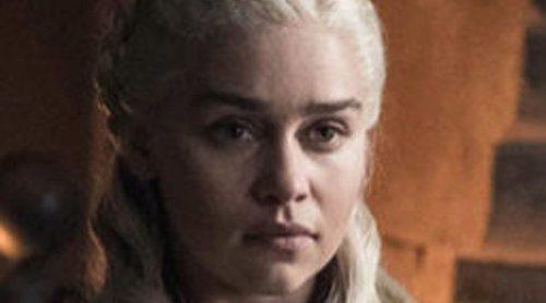 Emilia Clarke revela quién fue el culpable de que apareciera un vaso de Starbucks en 'Juego de Tronos'