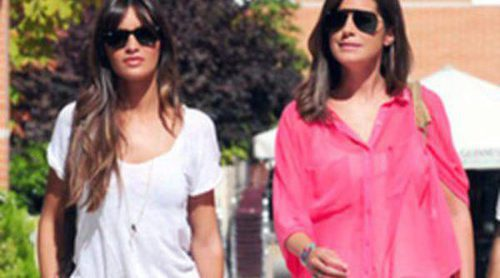 Sara Carbonero se divierte con Isabel Jiménez mientras Iker Casillas prepara la Supercopa 2012