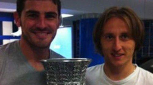 Luka Modric debuta con el Real Madrid en la Supercopa 2012 y celebra el título con Iker Casillas en el vestuario