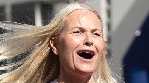 Mette-Marit demuestra que está en plena forma en un partido de fútbol junto a Haakon de Noruega y sus hijos