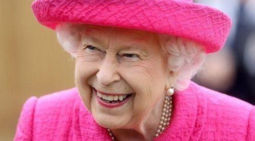 La Reina Isabel se niega a que le ayuden a plantar un árbol: 'Soy más que capaz'