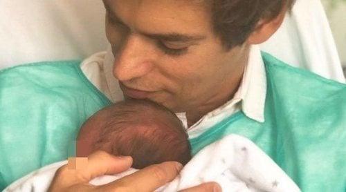 Carlos Baute y Astrid Klisans presentan a su hija Álisse