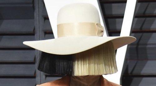 Sia confiesa el síndrome raro que padece y le causa mucho dolor