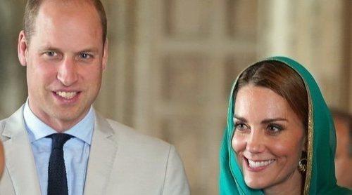 El Príncipe Guillermo y Kate Middleton visitan un hospital infantil y se unen a la 'fiesta del té' de un niño