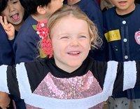 Jacques y Gabriella de Mónaco, todo alegría en su visita a una escuela en Japón