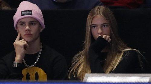 Romeo Beckham disfruta junto a su nueva novia, Mia Moocher, de la final de tenis ATP en Londres
