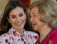 La Reina Letizia y la Reina Sofía, cómplices y sonrientes en su visita al Rastrillo Nuevo Futuro 2019