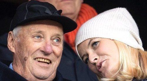 Harald de Noruega y Mette-Marit muestra su buena relación y su pasión compartida por el fútbol