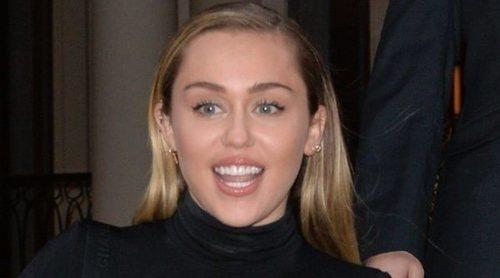 Miley Cyrus reúne a su familia, incluido Cody Simpson, para cantar en un evento solidario