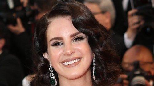 Lana Del Rey hace oficial su relación con el policía y presentar Sean Larkin