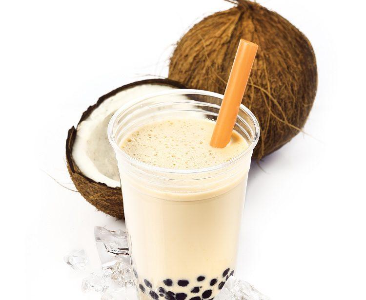Añade tambien el agua de coco, la leche y el azúcar