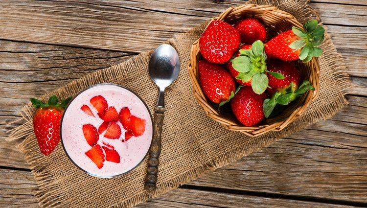 Podemos hacer nuestro batido de fresa con yogur, leche entera o nata montada