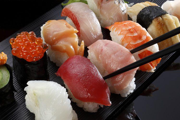 No se te olvide combinar tus piezas de maki o nigiri con un poco desalsa de soja