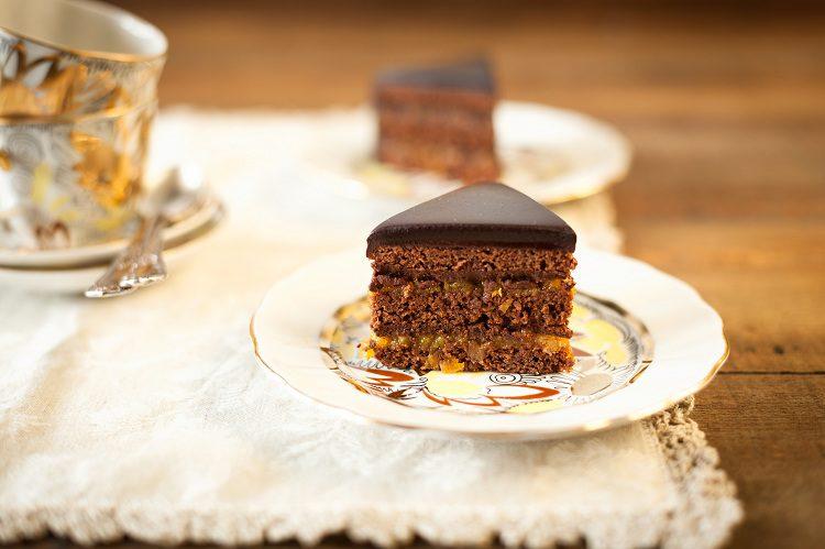 El primer paso para la preparación de la tarta sacher es montar las claras con ayuda de unas varillas