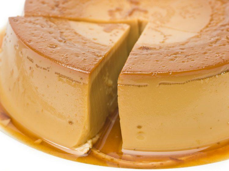 El flan de turrón es una manera de aprovechar el dulce que ha sobrado de las fiestas