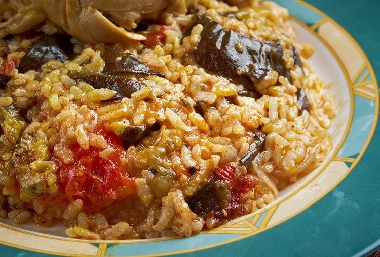 La conocida como <a href='https://www.bekiacocina.com/gastronomia/cosas-estan-mal-paella-jamie-oliver/'>paella </a>árabe es en realidad Maqluba o Maqlube