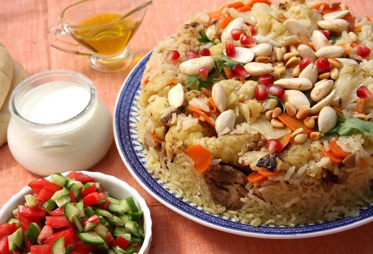 La receta tradicional también incluye una <strong>salsa de yogur</strong> con pepino y hierbabuena
