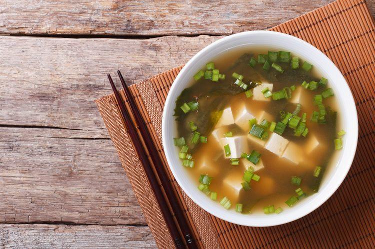 Esta receta no es más que una sopa de arroz con pollo con toques orientales