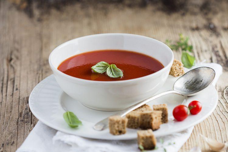 La sopa de tomate es un plato que se suele tomar caliente