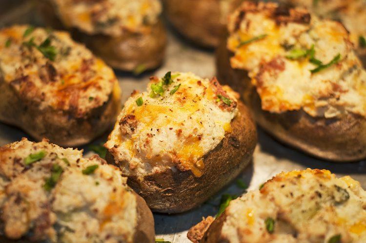 Existen diferentes recetas ya que según la zona del país, los ingredientes que se añaden a esta patata son diferentes