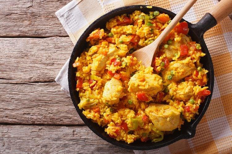 El arroz con pollo peruano es uno de los platos más típicos de la gastronomía peruana