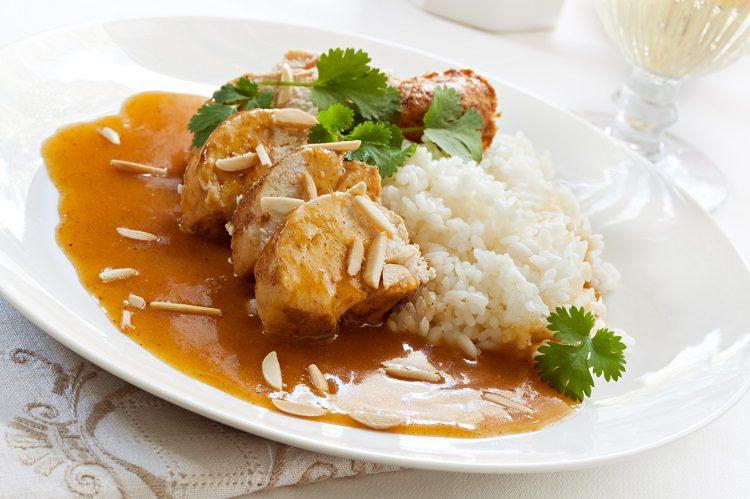 La salsa de almendras es una<strong></strong>receta clásicaque liga a la perfección concarne