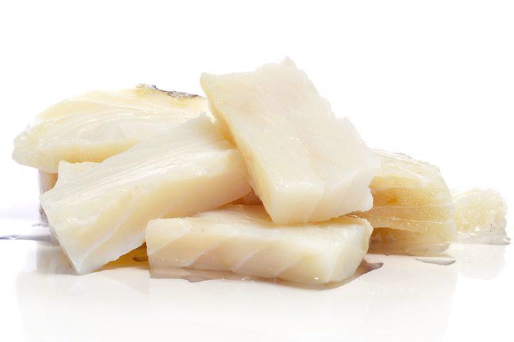 Debes cocinar el bacalo antes de hacer las croquetas