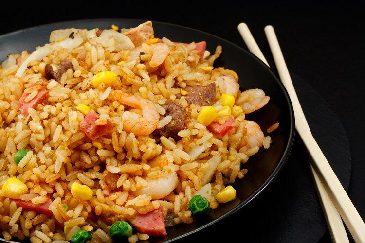 El arroz al estilo coreano es un plato que puedes hacer para tu familia