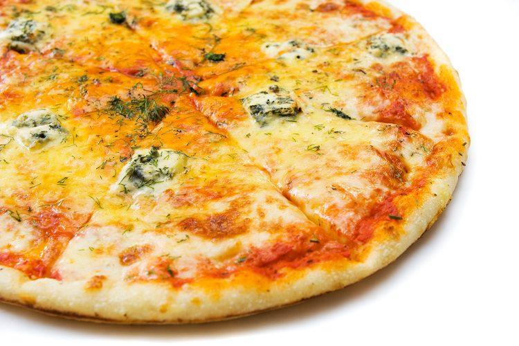 Corta la fontina, la mozzarella y el gorgonzola en trozos pequeños y distribúyelos por tu pizza
