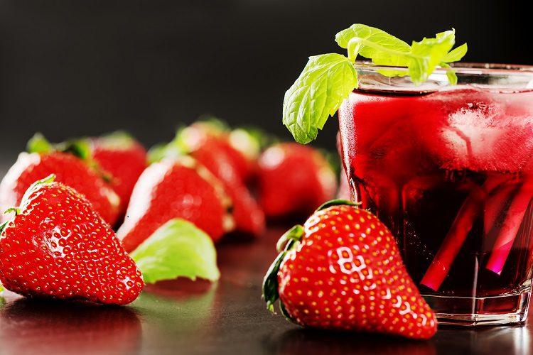 Un mojito de fresa y menta es una opción más que adecuada para beber y disfrutar solo o en compañía