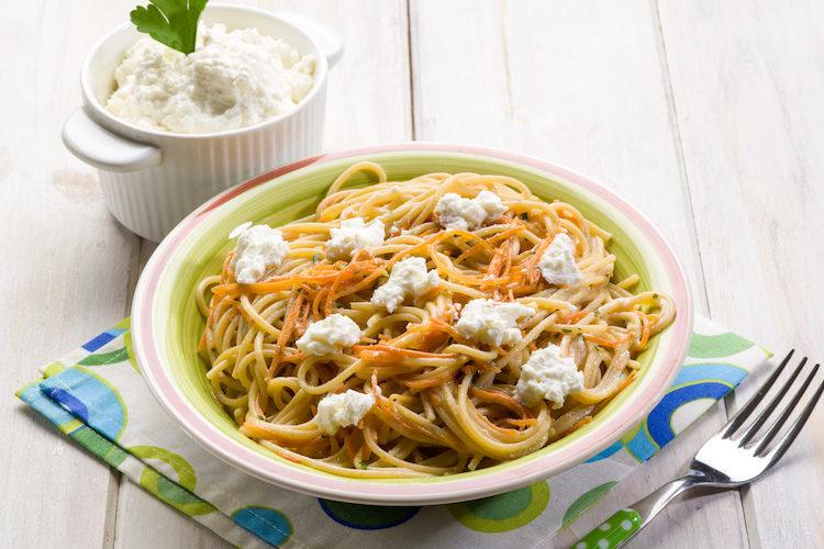 Spaghetti con zanahoria y ricotta