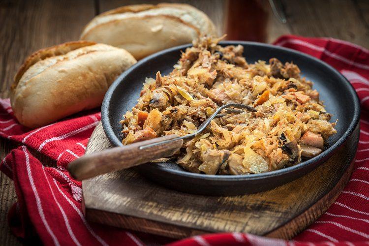 Es tradicional porque era un plato que comían los cazadores del lugar después de haber ido de caza
