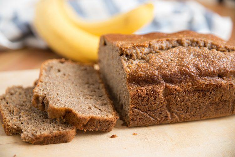 Cuando esté frío, saca el pan de plátano del molde y retira el pan