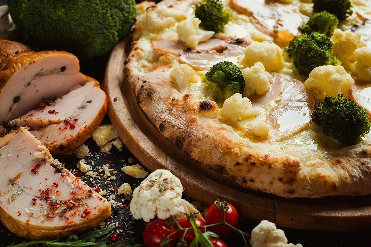 La masa de pizza de coliflor nos ofrece una opción rica en carbohidratos saludables